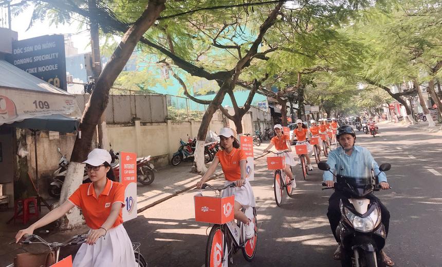 Bên cạnh các tuyến đường chính, đoànroadshow còn đi qua các khu dân cư và con hẻm của thành phố.Chi nhánh mong muốn giới thiệu và quảng bá hình ảnh của FPT Telecom Đà Nẵng đến với người dân và khách hàng.
