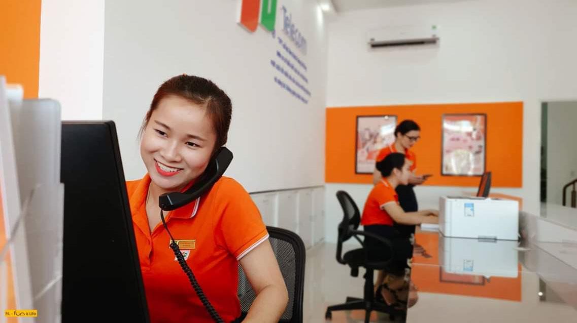 Tại quầy, các sản phẩm truyền thông về dịch vụ của FPT Telecom cũng được bố trí tinh tế để cung cấp thông tin cho người dùng. FPT Telecom Đà Nẵng được thành lập vào ngày 10/4/2009. Trụ sở chính tại số 182-184 đường 2/9, phường Hòa Cường Bắc, quận Hải Châu. Chi nhánh có hơn 200 nhân sự, trong đó nhân viên kinh doanh chiếm 60-65% và luôn được tối ưu hóa tương ứng với quy mô phát triển của chi nhánh.Hiện chi nhánh Đà Nẵng là cánh chim đầu đàn của nhà