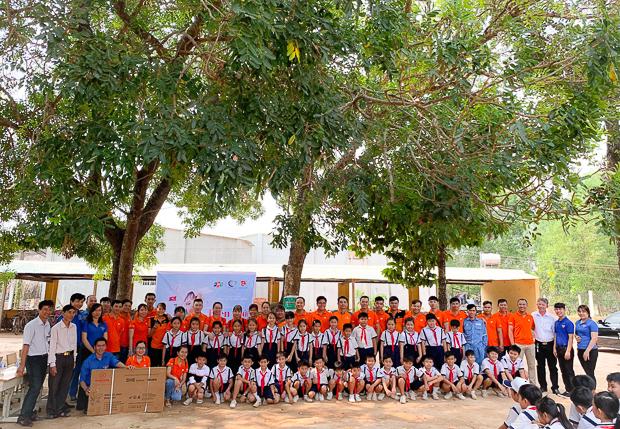 """Sự kiện Người FPT vì cộng đồng 2019 mang chủ đề """"Hướng về biên giới"""". Chương trình gồm nhiều hành động thiết thực của CBNV FPT trên lãnh thổ Việt Nam, nhằm thể hiện tinh thần, trách nhiệm với xã hội và tri ân anh hùng đã chiến đấu trong cuộc chiến bảo vệ biên giới xảy ra cách đây tròn 40 năm. Từ năm 2010, FPT chọn ngày 13/3 là """"Ngày FPT vì cộng đồng"""" để mỗi cán bộ, nhân viên tham gia đóng góp một phần nhỏ bé cho xã hội bằng những hành động cụ thể. Trong 9 năm qua, FPT đã chọn các chủ đề ý nghĩa cho ngày 13/3 như: """"Chia sẻ nỗi đau, mang lại nụ cười""""; """"Tặng nụ cười - Trao hạnh phúc""""; """"Chung tay góp sách, chắp cánh ước mơ""""; """"Tôi tử tế"""" Bên cạnh các sự kiện thường niên như hiến máu nhân đạo, mở gian hàng từ thiện… FPT hưởng ứng chủ đề năm nay bằng hoạt động trao 1.000 góc học tập cho trẻ em nghèo và 5.000 lá cờ cho các hộ dân tại 25 tỉnh biên giới, trong thời gian từ 13/3 đến 30/3. Đặc biệt, điểm nhấn của toàn bộ sự kiện là hành trình thăm lại huyện Vị Xuyên (Hà Giang), một trong những mặt trận ác liệt nhất của hai cuộc chiến tranh bảo vệ biên giới các năm 1979 và 1984."""