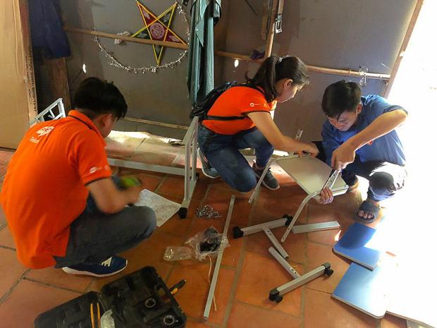 """Người nhà """"Cáo"""" Tây Ninh đã tận tay lắp đặt các góc học tập cho các em.Trong quá trình đoàn lắp đặt các góc học tập, các hộ gia đình xung quanh cũng quây quần bên nhà các bé chung vui."""