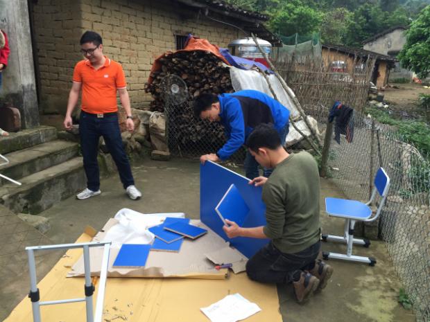 Toàn huyện Bình Liêu có 104 thôn, phân bố rải rác trên diện tích gần 500 km vuông, là nơi sinh sống của nhiều dân tộc. Vậy nên việc di chuyển giữa các hộ gia đình mất nhiều thời gian. Có trường hợp đoàn F mang quà đến một gia đình như bố mẹ đi vắng, học sinh không có nhà.