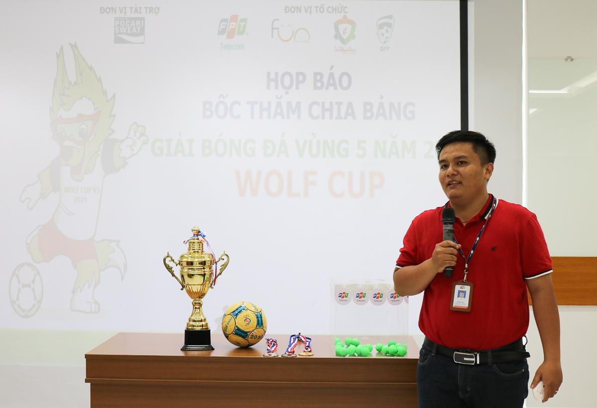 Anh Võ Minh Toàn, Phó Giám đốc TTKD SG15, giới thiệu tổng quan về giải đấu như thể thức thi, cơ cấu giải thưởng...Theo đó, giải bóng đá Vùng 5 sẽ có 21 đội bóng, quy tụ những cầu thủ xuất sắc của Vùng 5 bao gồm các TTKD từ SG1 đến SG16, FPT Play Box, Telesales, CUS, CS, INF, PNC, Ban Dự án, Truyền hình FPT và thành phần không thể thiếu là Ban Giám đốc Vùng. Wolf Cup (Giải nhà Sói, cách gọi người Vùng 5) sẽ khai mạc ngày 17/4, và diễn ra đều đặn vào các buổi tối thứ Tư và thứ Sáu hàng tuần, từ 18h30 đến 20h. Lịch này giúp anh em trong đơn vị vừa đảm bảo công việc, vừa có thể tham gia giải đấu với tinh thần thoải mái nhất. Đội Vô địch sẽ nhận được 5 triệu đồng tiền thưởng, Cup Vô địch, cờ và huy chương Vàng. Các giải Nhì, Ba, Tư trị giá lần lượt 3 triệu đồng, 2 triệu đồng và 1 triệu đồng. Ngoài ra, đội bao gồm các giải phụ như: Vua phá lưới, thủ môn xuất sắc và giải cổ động nồng nhiệt (trị giá 500.000 đồng mỗi giải) cùng nhiều phần quà ý nghĩa. Tổng giá trị giải thưởng lên đến hơn 20 triệu đồng. Xét về quy mô, giải Vùng 5 vượt các giải bóng đá của FPT HCM (FFA Cup và Futsal) về số đội (21 đội so với khoảng 10 đội) và giải Vô địch tương đương (5 triệu đồng)