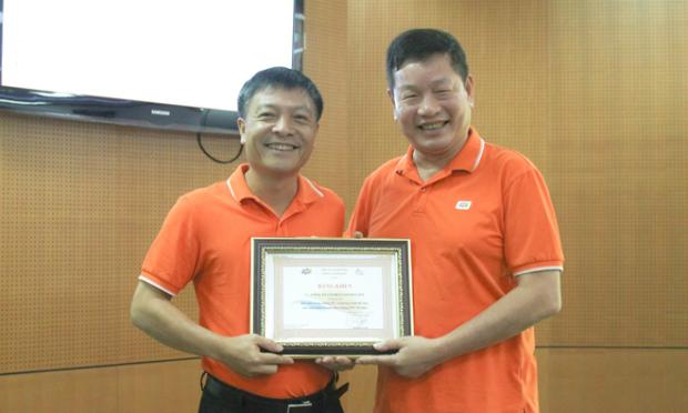 Chủ tịch FPT Trương Gia Bình trao danh hiệu giải Vàng chặng 11 cho CEO Synnex FPT Bùi Ngọc Khánh. Ảnh: Thanh Tùng.