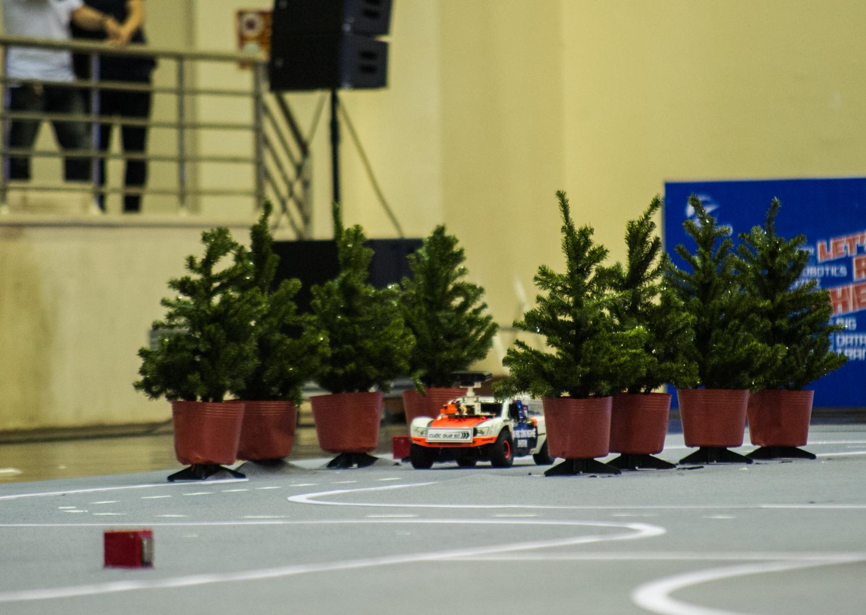 Những thử thách khó nhất của bài thi được cả hai đội vượt qua một cách dễ dàng. Bằng tốc độ vượt trội của mình, đội UET Fastest đã vươn lên dẫn đầu với thành tích đi hết một vòng đua trong 21 giây. Xếp ngay sau là kỳ phùng địch thủ MTA R4F với 5 giây kém hơn.