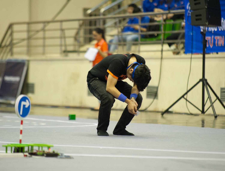 Sự nuối tiếc của một thành viên đội UET ModelX khi chiếc xe của mình không thể hoàn thành một vòng đua đồng nghĩa với việc đánh mất chiếc vé vào vòng Chung kết.