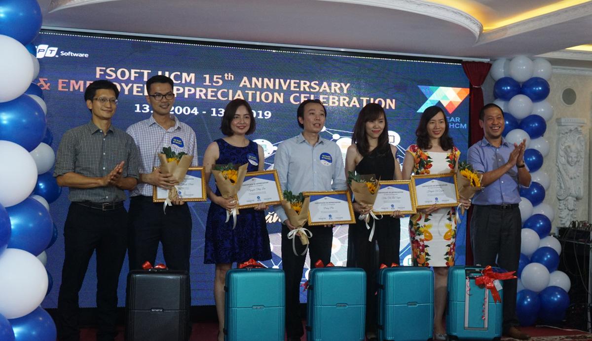 Quà tri ân hơn nhân viên gắn bótừ 10 năm là những chiếc vali, hoa vàbằng chứng nhận. Sáng cùng ngày, Ban lãnh đạo FPT Software HCM cũng trao quà tôn vinh nhân viên gắn bó từ 5 năm tại mỗi đơn vị. Cụ thể, nhà Phần mềm tri ân 168 người tại TP HCM.