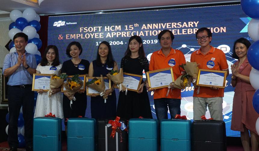 """Ngày 12/4, FPT Software HCM tổ chức chuỗi hoạt động mừngsinh nhật 15 tuổi (13/4/2004-13/4/2019). Sau Talk show """"FPT Software HCM - Tầm nhìn và định hướng phát triển"""" buổi chiều, hơn 150 CBNVgắn bó lâu năm cùng khách mời di chuyển đếndu thuyền Indochina Junk (quận 4, TP HCM) cho tiệc tối - hoạt động chính của chương trình kỷ niệm, diễn ra từ 19h30-22h."""
