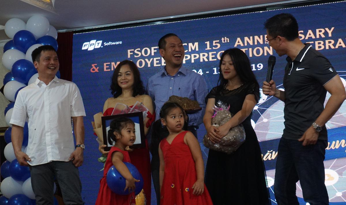 TGĐ FPT Nguyễn Văn Khoa cùng anh Hoàng Việt Anh, PTGĐ FPT, trao quà kỷ niệm cho gia đình anh Nguyễn Đức Quỳnh.