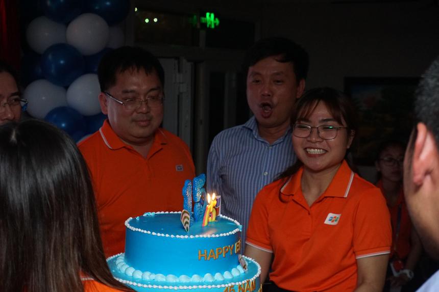 Ban lãnh đạo và khách mời thổi nến mừng sinh nhật tuổi trăng tròn của FPT Software HCM.