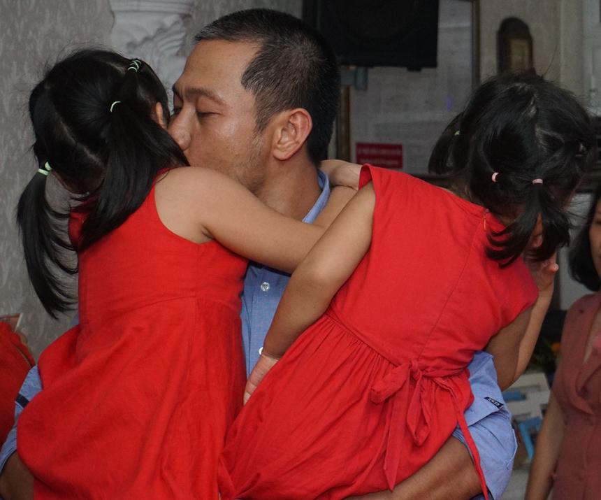 Chủ trì bữa tiệc - anh Nguyễn Đức Quỳnh bận rộn với các cô con gái của mình.
