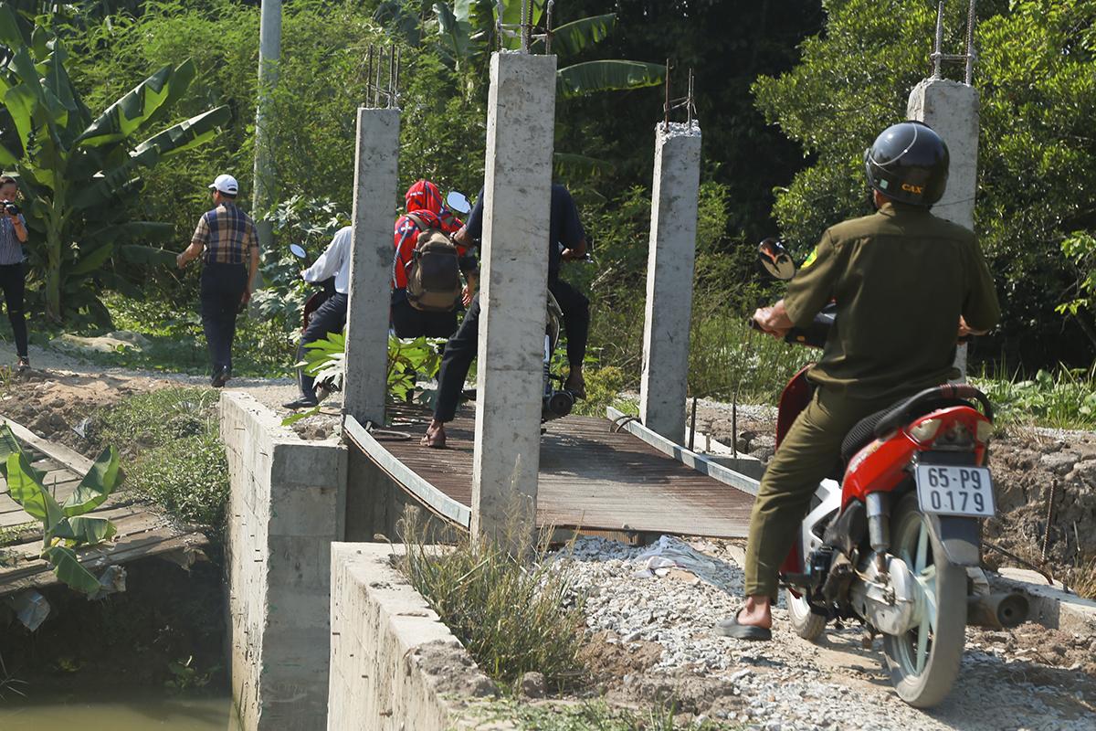 Cầu Út Trai là nơi bà con địa phương di chuyển thường xuyên nhưng chỉ được phủ lên bằng tấm sắt đã hoen gỉ, rất nguy hiểm trong khi đi lại. Cầu không chỉ đóng vai trò giao thông mà còn kết hợp làm đập ngăn phục vụ việc tưới tiêu đồng ruộng.