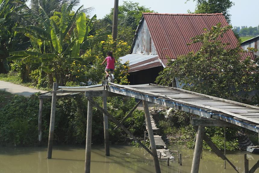 Bên cạnh 3 cây cầu nói trên, chị Trương Thanh Thanh cũng đề nghị chính quyền địa phương huyện Vĩnh Thạnh gửi hồ sơ về hai cây cầu bằng gỗ khác đang được người dân địa phương sử dụng hằng ngày để Quỹ Hy vọng tiếp tục hỗ trợ xây dựng trong thời gian tới.