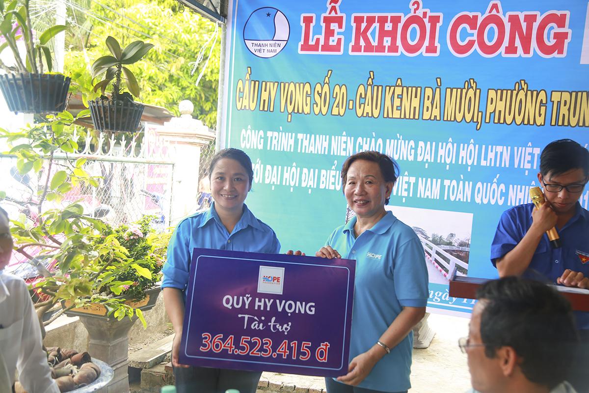 Cũng trong địa bàn huyện Thốt Nốt, Quỹ Hy vọng tiếp tục tài trợ hơn 364 triệu đồng cho Hội Liên hiệp Thanh niên của phường Trung Hưng để thực hiện công trình thanh niên xây dựng cầu Hy vọng 20 thay cho cầu Bà Mười.