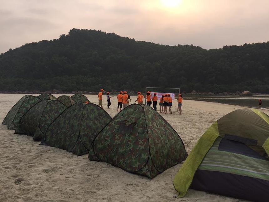 Sống trong lều trại là cách tốt nhất để tận hưởng cuộc sống hoang sơ tại Cảnh Dương. Bằng cách này, du khách luôn có thể đón bình minh và hoàng hôn tuyệt đẹp.