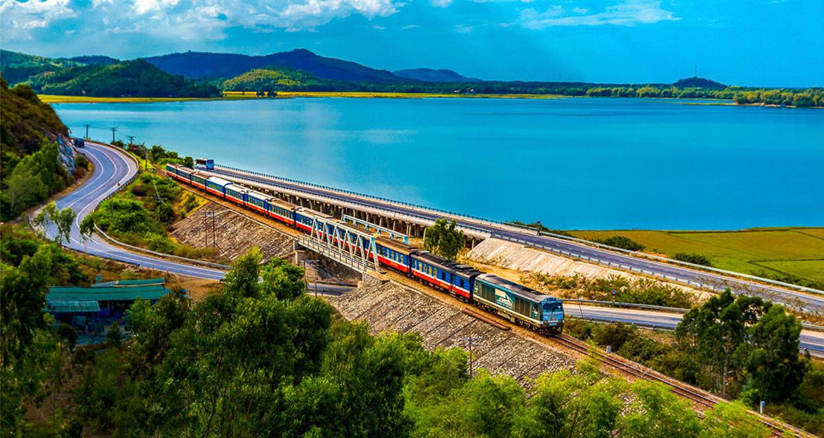 Đường sắt Việt Nam gồm 15 tuyến chính và nhánh đi qua 35 tỉnh thành, có hình xương cá trải khắp đất nước. 2 loại đội tàu hỏa đang hoạt động là tàu chở khách và tàu chở hàng. Trong ảnh, tuyến đường sắt chạy qua tỉnh Quảng Ngãi giữa khung cảnh non nước hữu tình êm đềm.
