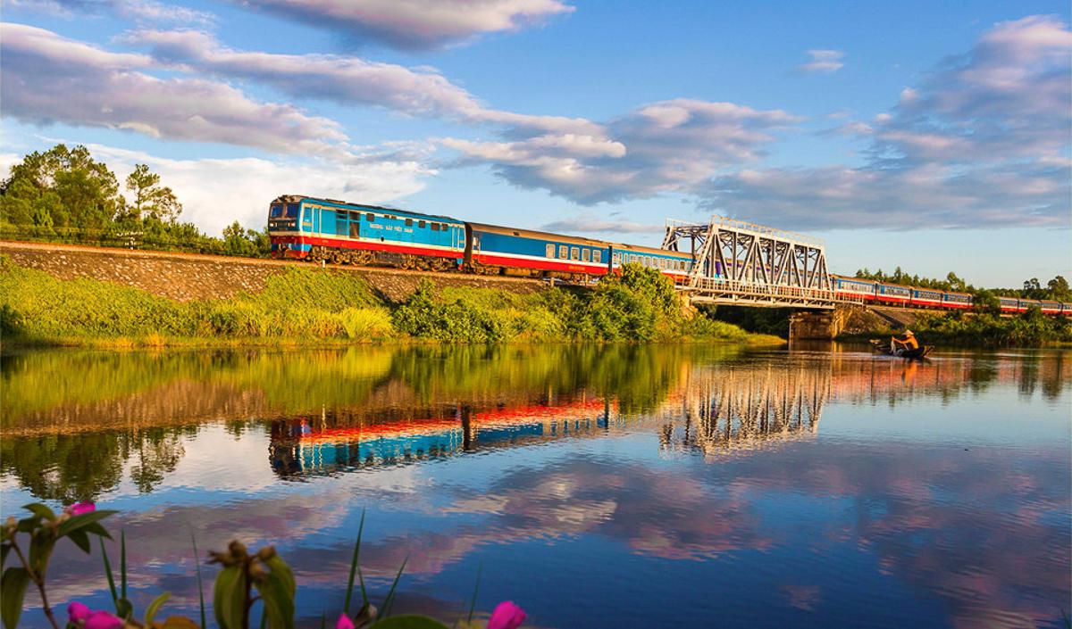 Cuối năm ngoái, tuyến đường sắt Bắc Nam đã lọt vào danh sách 10 tuyến đường sắt đẹp nhất thế giới do Sputnik bình chọn.Trong ảnh là chuyến tàu chạy ngang qua tỉnh Thanh Hóa trên cung đường Hà Nội - Huế.