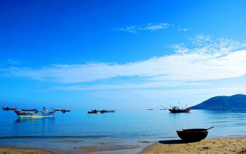 Biển Cảnh Dương thuộc xã Lộc Vĩnh, huyện Phú Lộc (Huế) có đường bờ biển dài 8km và bãi cát trắng mịn. Đến đây, đến đây, du khách được gần gũi với thiên nhiên, hòa mình vào các hoạt động thể thao vui chơi giải trí và tận hưởng từng đợt gió trong lành từ biển.