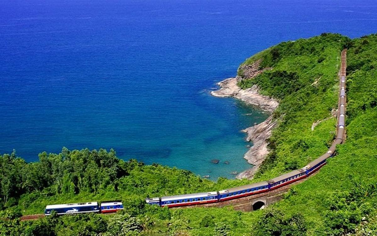 Chỉ còn 2 ngày nữa, những chuyến xe lửa đặc biệt xuất phát từ Hà Nội và TP HCM sẽ đưa gần 3.000 người FPT IS hội ngộ tại biển Cảnh Dương, Huế, chào mừng tuổi 25 của nhà Hệ thống.Những triền cát vàng dưới nắng, những cánh đồng xanh rì, những con đèo uốn lượn quanh sườn núi, hay cảnh vật một bên là núi một bên là biển xanh sóng vỗ rì rào và con tàu mình lắc lư ở giữa… đang chờthành viên Hành trình Ngày mới khám phá.