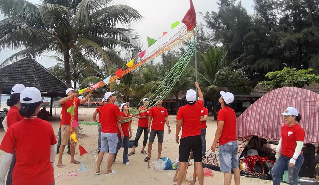 Ban tổ chức chia thành 10 đội để tham gia các nội dung tranh tài. Sau khi tập trung và điểm danh, các đội lần lượt nhận trại và trang trí cho khu vực của mình.