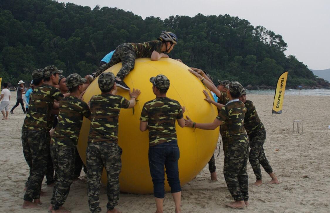 """Ở trạm """"Viên ngọc biển đông"""", các đội được Ban tổ chức phát cho một quả bong bóng lớn. Nhiệm vụ làm sao đưa nhiều thành viên lên quả bong bóng và về đích nhiều nhất."""