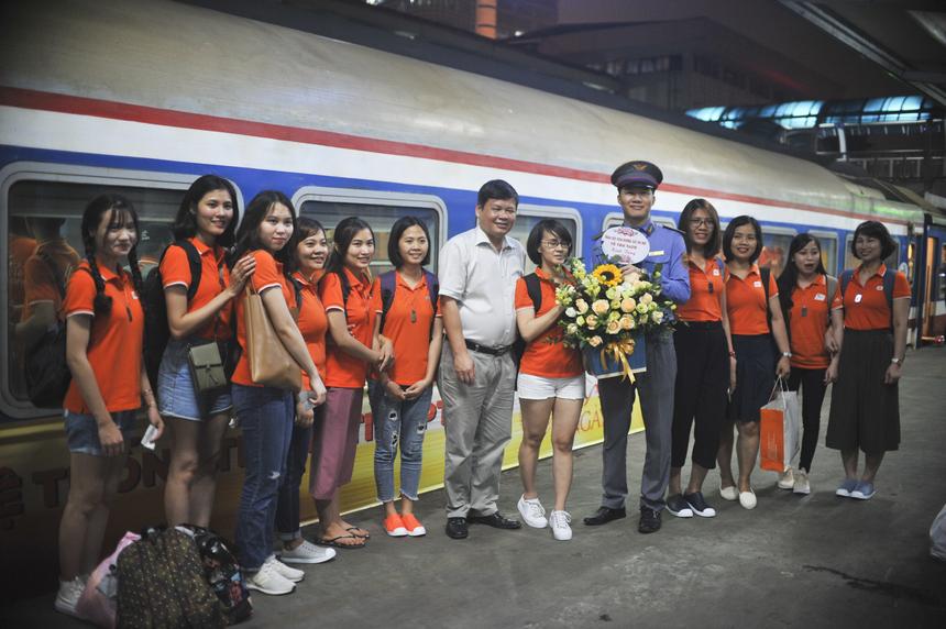 Là một trong những thành viên của đường sắt Hà Nội sẽ đồng hành cùng toàn thể anh em nhà Hệ thống, anh Cao Hùng Nam - trưởng tàu khách phụ trách chuyến tàu HN1 chia sẻ anh rất ấn tượng với sắc cam của FPT. Anh Nam khẳng định sẽ làm việc hết mình để mang đến dịch vụ tốt nhất cho người F trong suốt chuyến đi.