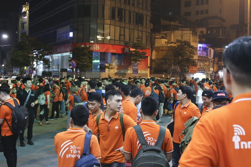 """""""Binh đoàn"""" áo cam phủ kín sân ga thu hút ánh nhìn của nhiều người dân xung quanh."""