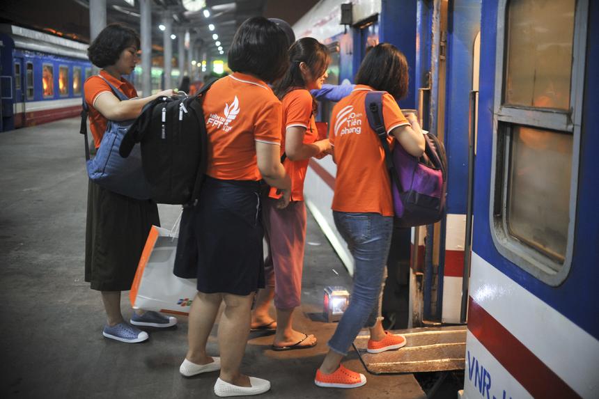 Kiểm tra vé một lần cuối trước khi lên tàu ổn định chỗ ngồi.
