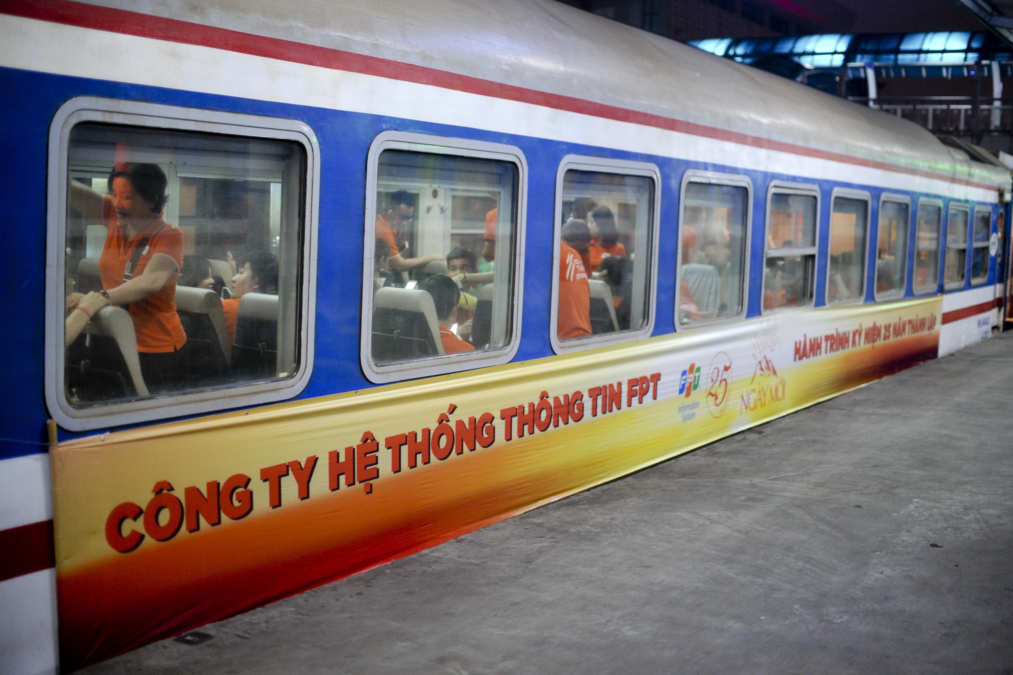 Hai chuyến tàu đặc biệt có 12 toa, 642 ghế mỗi chuyến và chỉ toàn ghế ngồi mềm điều hoà, rời bến đúng giờ quy định từ Hà Nội.