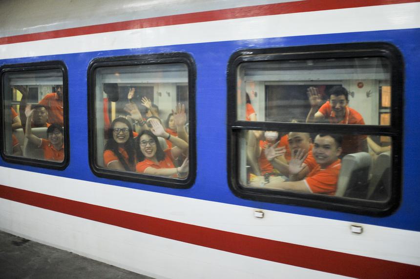 Đúng 21h55, chuyến tàu đầu tiên từ Hà Nội chính thức khởi hành. Khoàng một tiếng sau đó, chuyến tàu còn lại cũng rời ga đưa các anh em FPT IS hội tụ tại Huế vào chiều ngày 19/4.