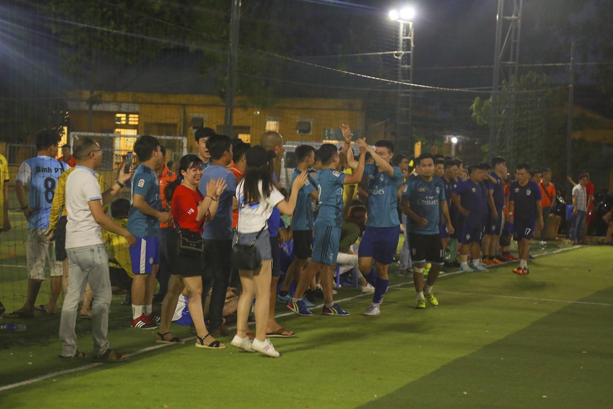 Mặc dù có được sự cổ vũ rất đông đảo của các cổ động viên nhưngTrung tâm Chăm sóc khách hàng vẫn không tạo ra được sự vượt trội về thế trận so với đội bóng Liên quân của HLV Ngô Thanh Tâm. Kết thúc hiệp 1, hai đội giằng co với tỷ số hòa 3-3.