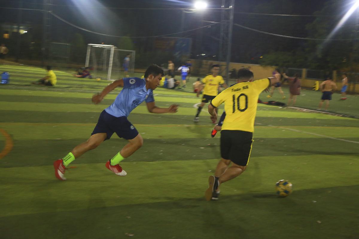 Ở trận đấu còn lại của lượt trận đầu tiên, hai đội bóng SG12 (áo lam) và Liên quân SG6+14 cũng cống hiến cho khán giả một màn so tài cân tài cân sức.
