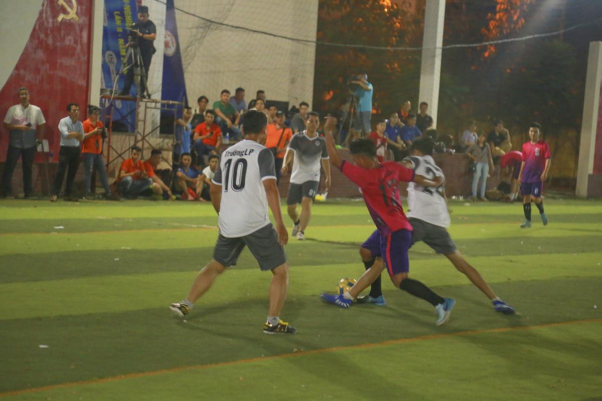 Được sự cổ vũ của đông đảo khán giả, các cầu thủ áo trắng Ban Quản lý Vùng 5 nỗ lực giành lại bóng để tìm kiếm bàn gỡ. Ở bên ngoài sân, khán giả và ban huấn luyện của đội liên tục treo thưởng động viên để các cầu thủ nỗ lực ghi bàn.