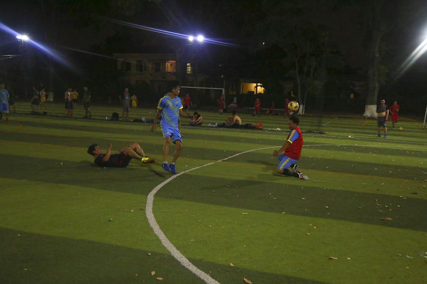 Ở một trận đấu khác, SG10 (áo thiên thanh) đối đầu với Liên quân SG2 + FPT Play Box (đỏ đen), trận đấu diễn ra với thế trận cân bằng khi cầu thủ hai đội thay phiên nhau lập công.