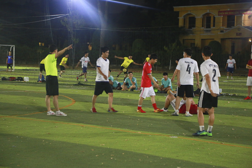 Trong khi đó, một ứng cử viên khác cho ngôi vô địch là đội bóng INF (Trung tâm Phát triển và quản lý hạ tầng miền Nam) (áo trắng) đã thể hiện sức mạnh tuyệt đối khi đọ sức với đối thủ SG16 (áo đỏ).