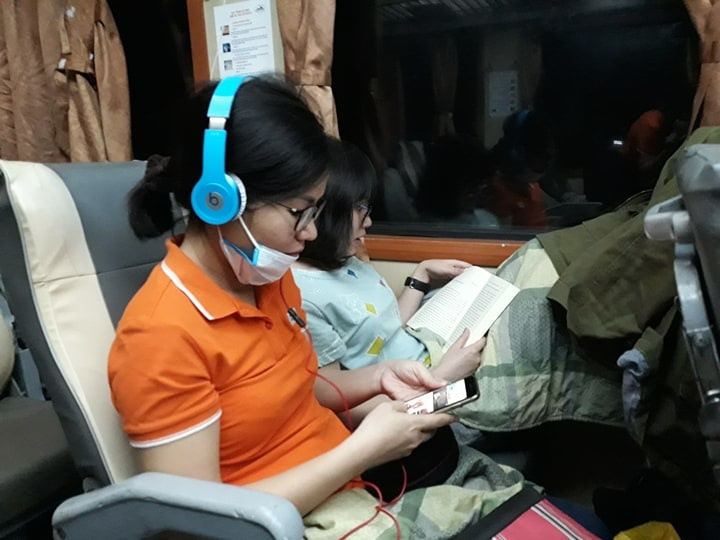 17h ngày 18/4, đoàn tàu từ TP HCM đến Cảnh Dương xuất phát tại ga Sài Gòn chính thức lăn bánh. Đúng 21h55 và 23h05 tối cùng ngày, hai chuyến tàu khác cũng xuất phát từ Hà Nội. Hơn 2.000 anh em FPT IS đã có một đêm chung vui trên 3 chuyến tàu trước khi hội tụ tại biển Cảnh Dương (Huế). Trong ảnh:Hai cô gái nhẹ nhàng, tao nhã nhất tàu HN3.