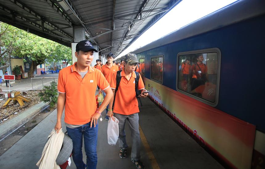 Đội quân áo cam lần lượt qua cổng check-in để chờ tới giờ tàu chuyển bánh. Mỗi cá nhân đều chuẩn bị một số đồ dung cá nhân để tiện sinh hoạt.
