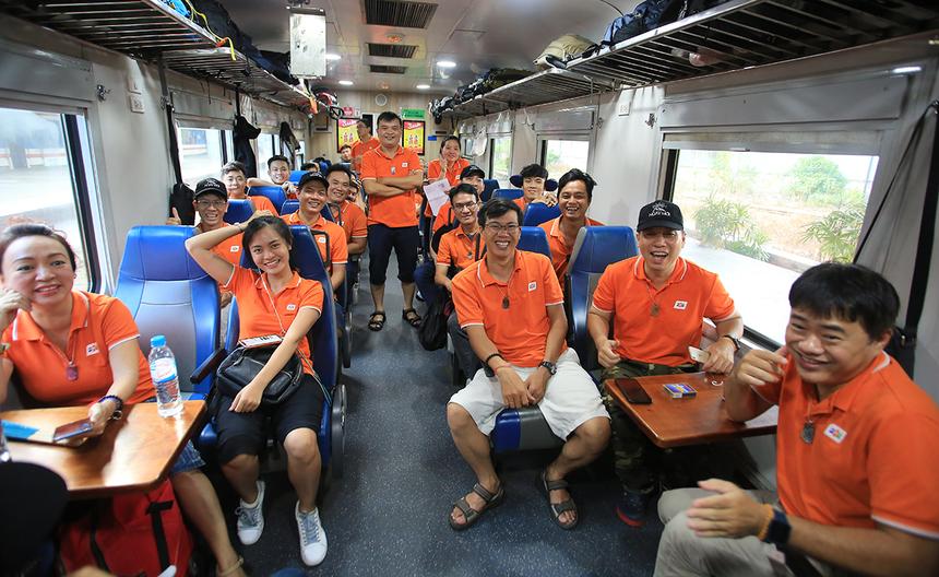 """Chuyến tàu """"Hành trình ngày mới"""" giúp người FPT IS nối trọn một vòng Việt Nam, nhân kỷ niệm 25 năm thành lập công ty. Đây là cơ hội hiếm có để FPT IS xốc lại tinh thần đội ngũ, tạo giá trị niềm tin và khơi dậy lòng tự hào, hướng tới một tương lai tốt đẹp hơn."""