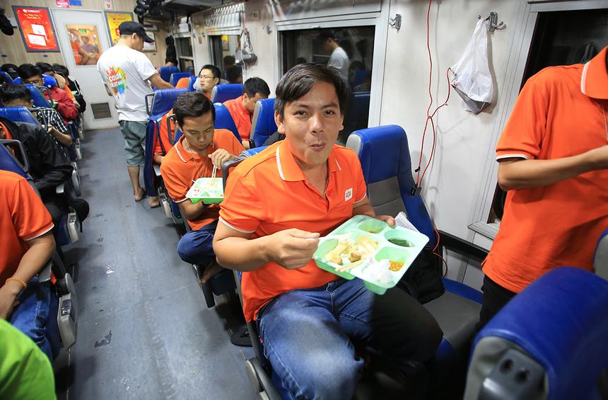 Xuất phát sớm hơn 2 chuyến tàu Hà Nội nên tàu Sài Gòn được trải nghiệm bữa ăn tập thể đầu tiên trên tàu.Ảnh: Trần Hùng