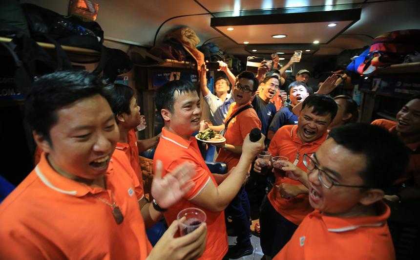 Trong khi nhà FPT IS Services lập bar trên tàu với 3 thùng vang, trái cây và nhạc sàn. Tối 18/4 cũng là sinh nhật chị Vương Thị Ngọc Oanh, 'mama tổng quản' của đơn vị. Ảnh: Trần Hùng.
