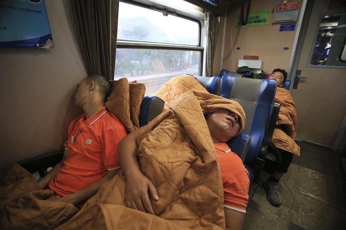 Sau chuyến tàu đêm dài, tàu dừng lại ở ga Diêu Trì để người FPT IS phía Nam làm công tác vệ sinh. Nhưng rải rác ở một số toa tàu vẫn còn nét ngái ngủ khi mọi người đã có một đêm với nhiều hoạt động vui chơi trên tàu. Trước đó, chuyến tàu đặc biệt do Đường sắt Sài Gòn chuẩn bị có 12 toa, chỉ toàn ghế ngồi mềm điều hoà, rời bến lúc 16h40 ngày hôm qua tại ga Hòa Hưng.