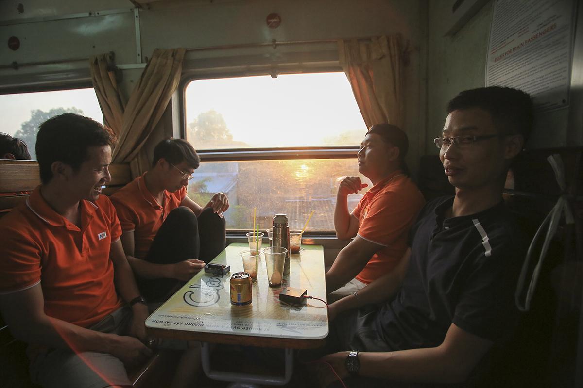 Các chị thì chụp ảnh hoặc trang điểm lại còn các anh thì ngồi thư giãn ngay trên tàu với ly cà phê vừa ngắm mặt trời mọc vừa để tỉnh táo cho những hoạt động buổi sáng trên tàu.