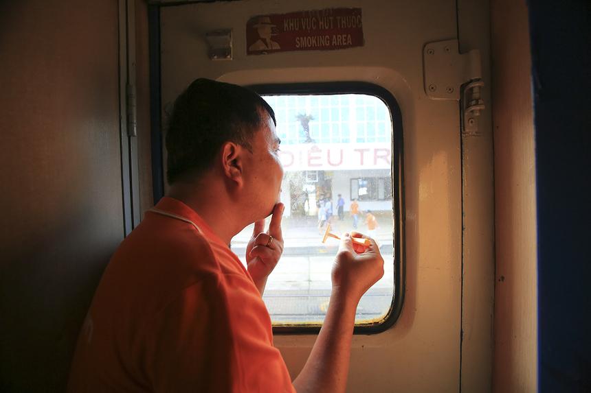 Tranh thủ cạo râu trong lúc tàu vào ga, đi chơi cũng phải... đẹp trai mới được.