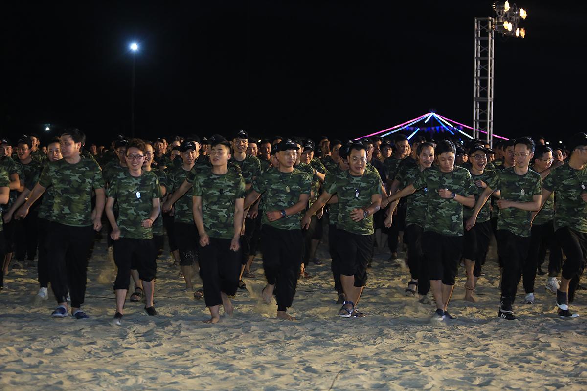 """Đoàn CBNV FPT IS được phân thành 45 đại đội, mỗi đại đội gồm 2 tiểu đội. Dù chưa từng vào quân ngũ nhưng khi lên đường """"nhập ngũ"""" trong """"chiến dịch"""" Hành trình Ngày mới, tất cả đều quyết tâm, chung sức, chung lòng và tuyệt đối tuân thủ kỷ luật đề ra. Hơn 2.000 chiến sĩ FPT IS chỉ mất khoảng 15 phút để tập dượt về đội hình đội ngũ, nghe phổ biến quân luật từ chỉ huy trưởng."""