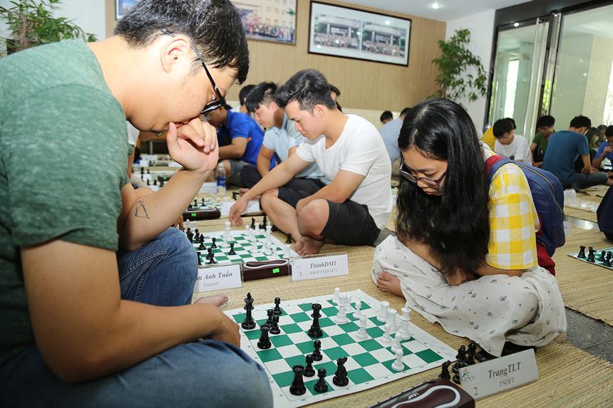 Kỳ thủ được sắp cặp với nhau để cùng thi đấu. Mỗi kỳ thủ đều phải hoàn thành 5 ván đấu với 5 kỳ thủ khác nhau, thời gian tối đa cho 1 ván cờ là 30 phút. Nội dung cờ vua thu hút nhiều học sinh và sinh viên FPT tham gia tranh tài. Cờ vua là một trong những trò chơi trí tuệ phổ biến nhất thế giới. Nó được nói đến không chỉ như là một trò chơi mà còn là nghệ thuật, khoa học và thể thao.