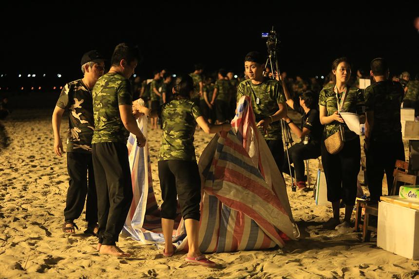 """Liên hoan xong các chiến sĩ FPT IS cũng không quên nhiệm vụ dọn dẹp """"bãi chiến trường"""". Chỉ trong phút chốc, mọi thức ăn, đồ uống ngổn ngang đều được dọn dẹp sạch sẽ, trả lại bờ cát vàng nguyên vẹn cho biển Cảnh Dương trước khi cũng quẩy với rock."""