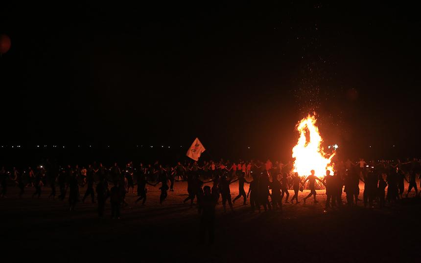 """Những bó củi mà đoàn quân mang về được chất lại và đốt thành lửa trại. Các CBNV FPT IS cùng nắm chặt tay nhau, chạy quanh lửa trại sáng rực trên nền nhạc rock do Unlimited thể hiện càng làm cho không khí trở nên nóng bỏng, bùng cháy hơn. """"Sự nhiệt tình, tinh thần máu lửa của nhà FPT IS trong chương trình là không thể quên"""", anh Nguyễn Mạnh Cường, FPT IS Services Hà Nội, chia sẻ."""
