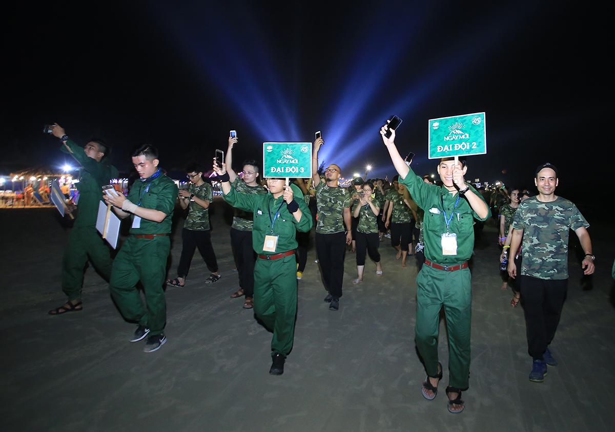 """Trong không khí sôi nổi, rạo rực tinh thần """"không sợ khó, không ngại khổ"""", 45 đại đội FPT IS đã cùng nhau hành quân trong đêm trên bờ biển để đi thu chiến lợi phẩm bao gồm củi đốt và đồ uống (bia)."""