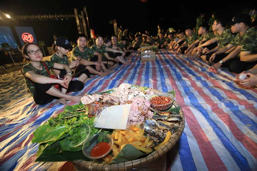 Sau cuộc hành quân trên biển trong gần một giờ đồng hồ, đoàn quân FPT IS đã thu được chiến lợi phẩm và cùng nhau liên hoan tại tiệc khao quân ngay chính nơi tập hợp ban đầu. Chỉ với một tấm bạt, một chiếc hộp giấy làm bàn và một mẹt nhỏ đồ ăn là đã đủ để một tiểu đội cùng nhau liên hoan, gắn kết thêm tình đồng chí, đồng đội.