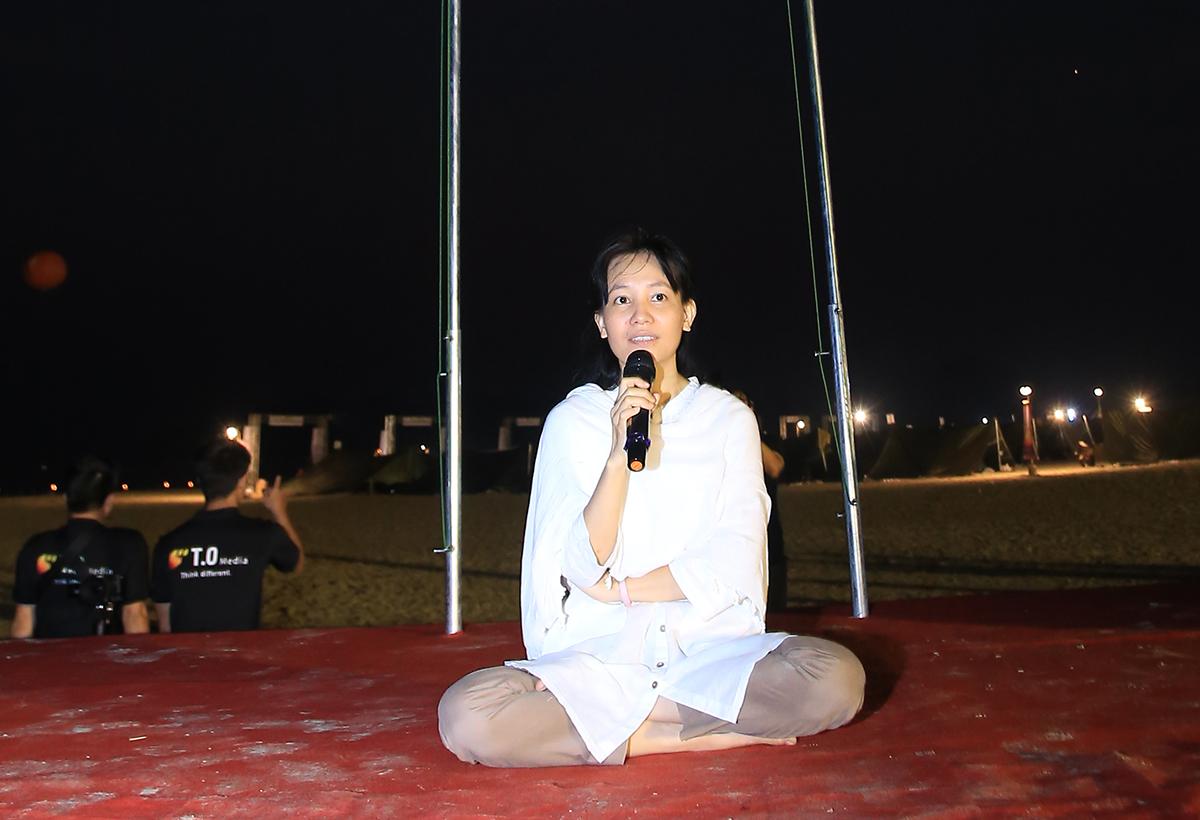 Anapanasati là phương pháp thiền cuối cùng mà Đức Phật Thích Ca để lại, trong tiếng Pali có nghĩa là đem toàn bộ sự tập trung và tỉnh thức vào hơi thở tự nhiên, nhẹ nhàng của chính mình. Khi trăng tròn chưa biến mất và mặt trời chưa xuất hiện, mọi người cùng đem toàn bộ sự tập trung tâm trí vào hơi thở. Tất cả chìm trong âm nhạc đặc trưng của thiền.