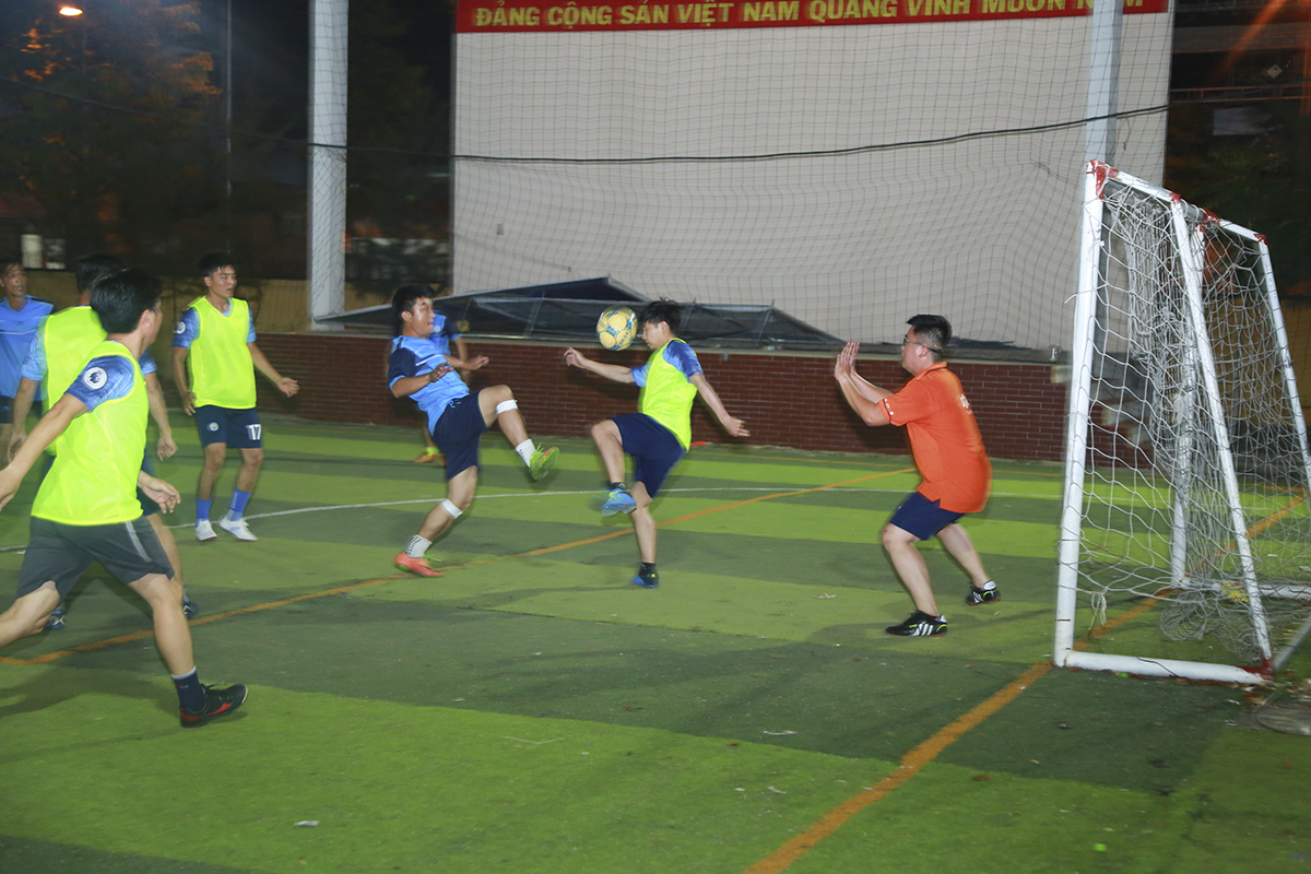 Được đánh giá là ứng viên ngôi vô địch, các cầu thủ áo lam đến từ đơn vị CUS đã có một trận đấu cực kỳ ấn tượng trước SG12. Bóng liên tục được CUS luân chuyển sang phần sân đối phương, buộc các cầu thủ SG12 phải phòng ngự vô cùng vất vả.